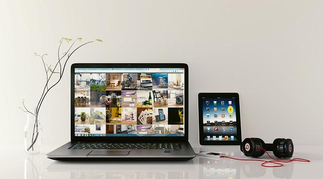 מחשב נייד, אוזניות, שולחן, עריכת תמונות